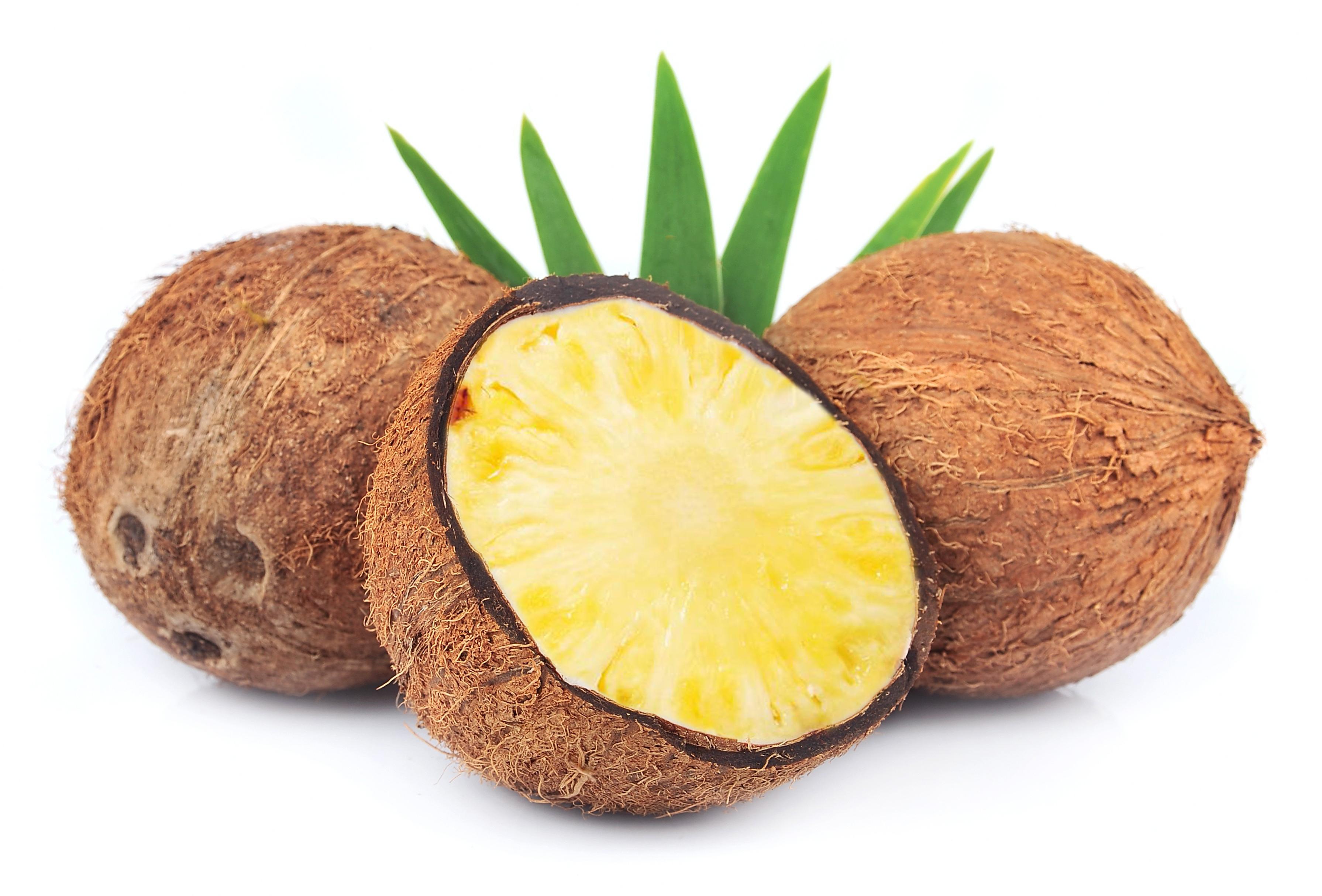 Noix de coco coupée en deux dévoile un ananas